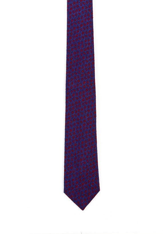 Corbata azul con amebas en burdeos.