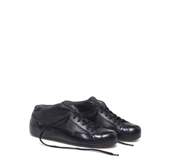 Black leather low top shoes