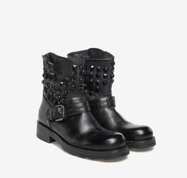 Kevin<br />low studded boots