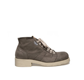 Frank<br />Mud-coloured nubuck boot with rubber sole