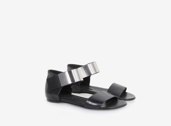 Sandalo in pelle con fascia di chiusura metallica