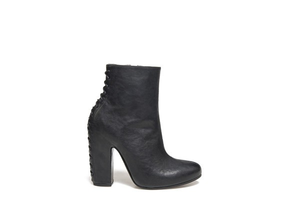 Ankle Boot with back stitching and shell-shaped heel