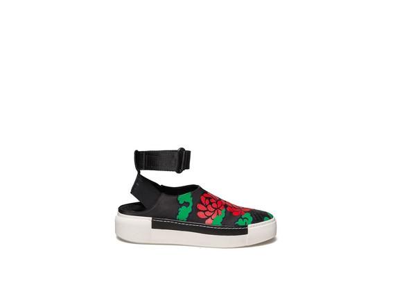 Pantolette mit roter Blume und Knöchelriemen