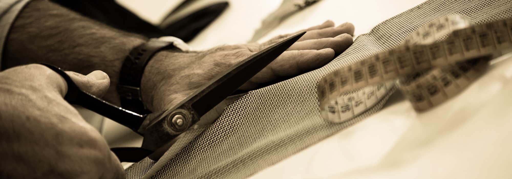 Forbici, ago e filo impiegati con precisione e passione.