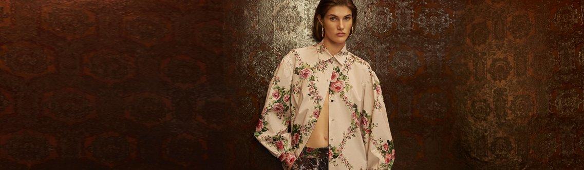 86c9503ed3 Le bluse e le camicie della collezione Blumarine primavera/estate 2019  esaltano la fluidità delle linee con la leggerezza dei materiali: chiffon,  ...