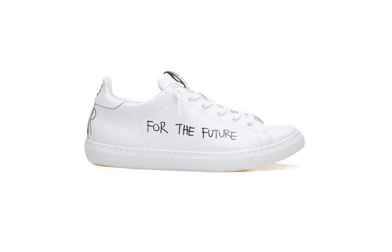 WHITE SNEAKERS WITH WRITING