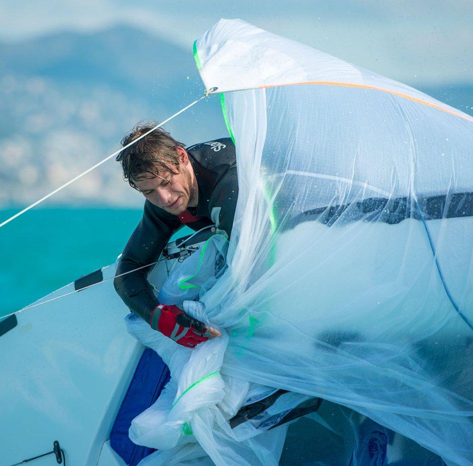 Segelbekleidung, die von denjenigen getestet wird, die das Meer auf der eigenen Haut erleben.