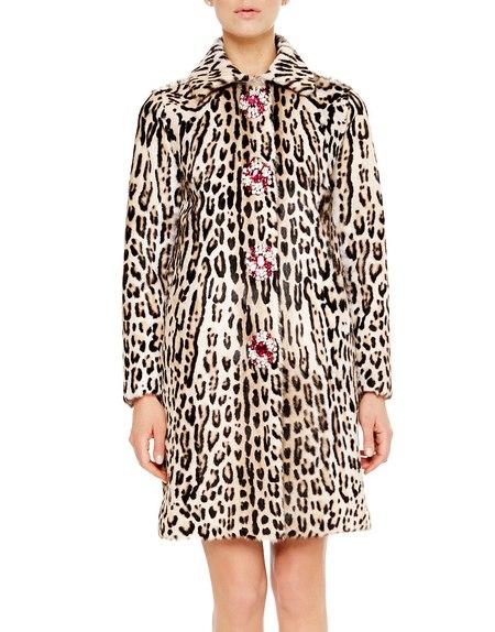 Abrigo de piel con estampado de leopardo y bordado con broches