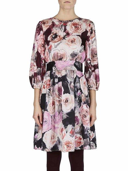 Vestido con estampado de rosas y mangas a tres cuartos