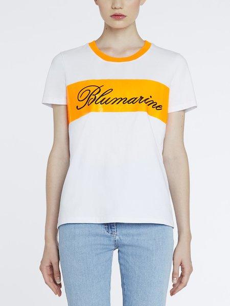 T-Shirt mit kontrastfarbenem Querstreifen und Logo - Orange