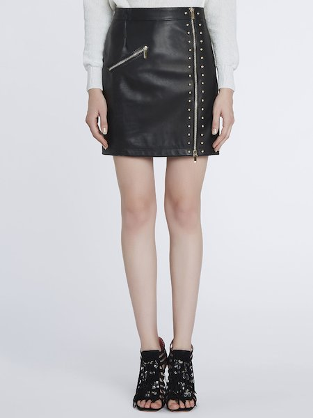Skirt in leather with zipper and studs