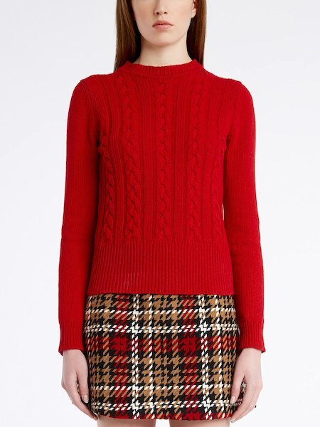 Round-neck sweater with cable stitch work - red