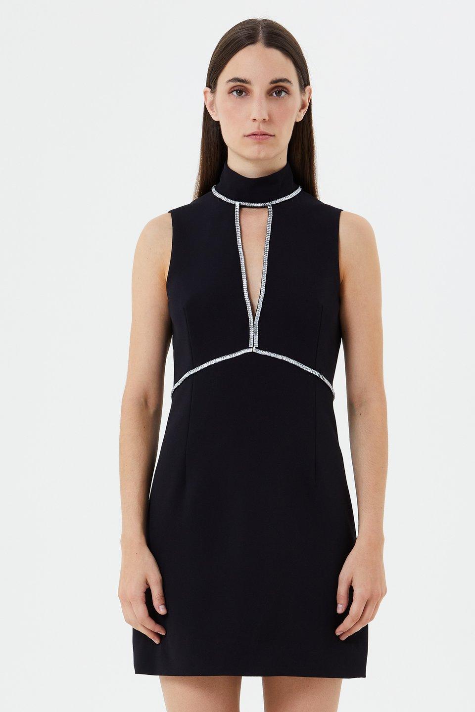 Платье с каплевидным вырезом и стразами