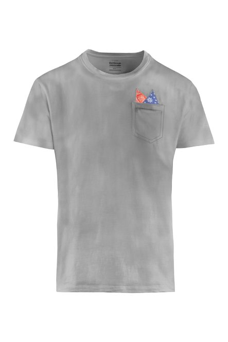 T-shirt with pocket and pochette.