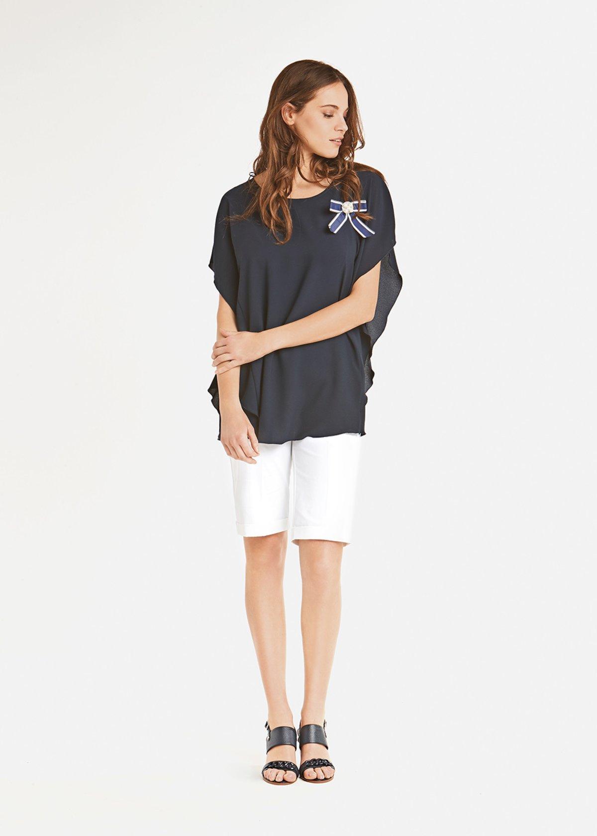 Blusa Carlita in georgette con rouches laterali e spilla a fiocco