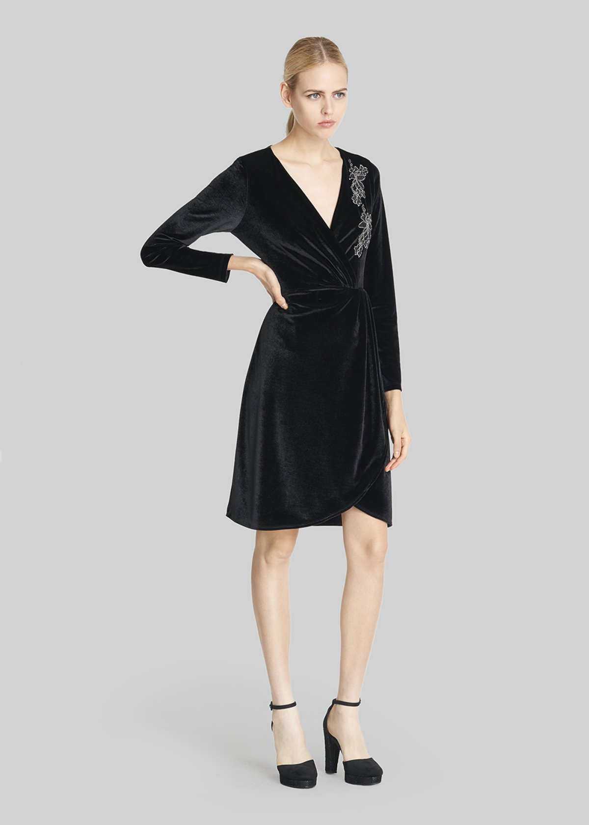 Velvet Axel dress with embroidery - Black