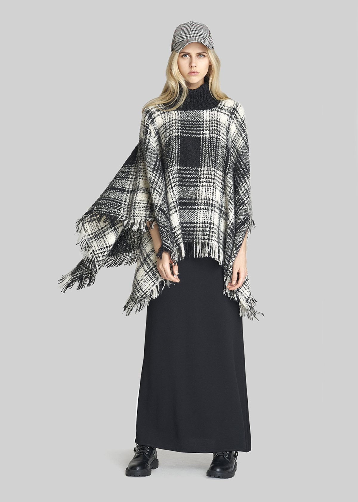 Marianna poncho knit with fringes - Black White Fantasia