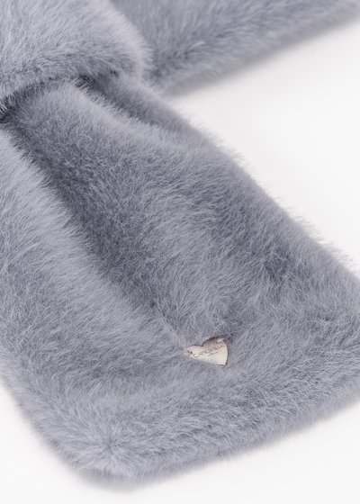 Stone fur collar with through closure