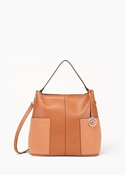 Bag Beryl in unlined faux leather with zip closure and maxi pockets.