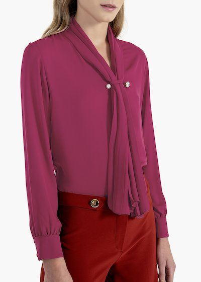 Corazon blouse with plissé scarf and brooch