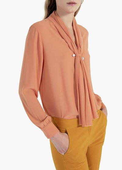 Blusa Corazon con sciarpina plissé e spillone