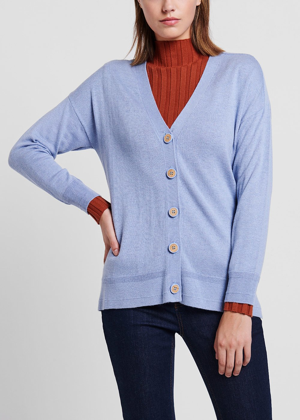 Material - coloured knit cardigan with wood-effect buttons