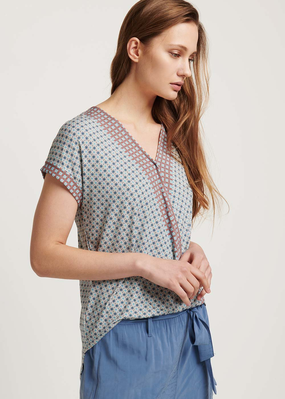 Sira patterned T-shirt with crisscross neck - Avion / Coccio / Fantasia - Woman