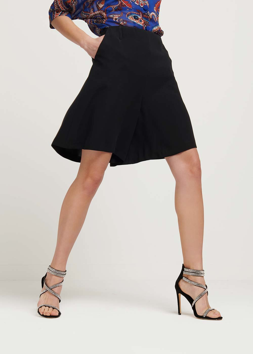 Bred bermuda shorts with invisible zipper - Black - Woman