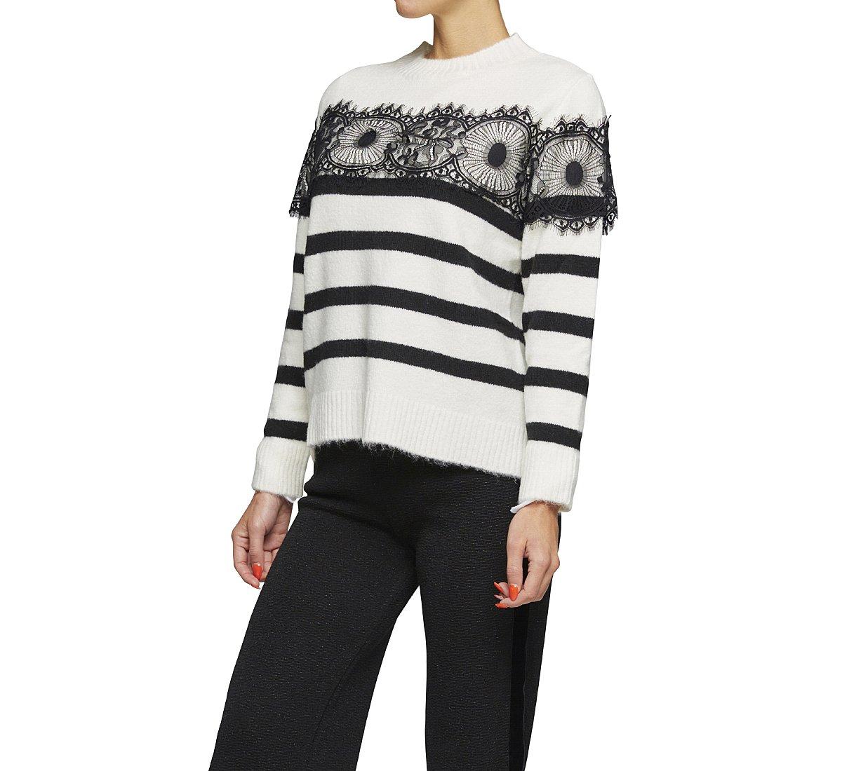 Пуловер в полоску из мягкого материала.