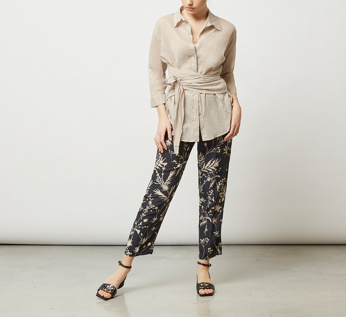 Roomy trousers with floral motif