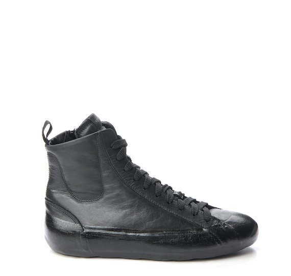 Mid-cut trainer with total black coating