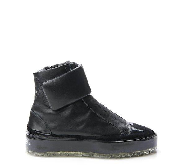 Total black Sinker boot