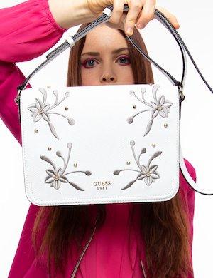 Borsa Guess a tracolla con borchie e fiori