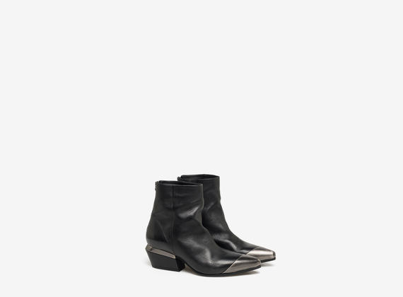 Ankle boot with metal heel ornament and toe-cap