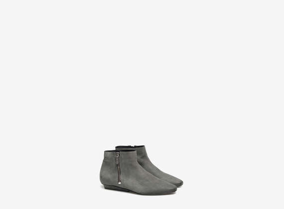 Ankle boots with side zip
