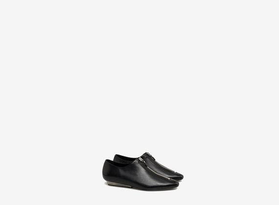 Shoe with central zip and metal heel