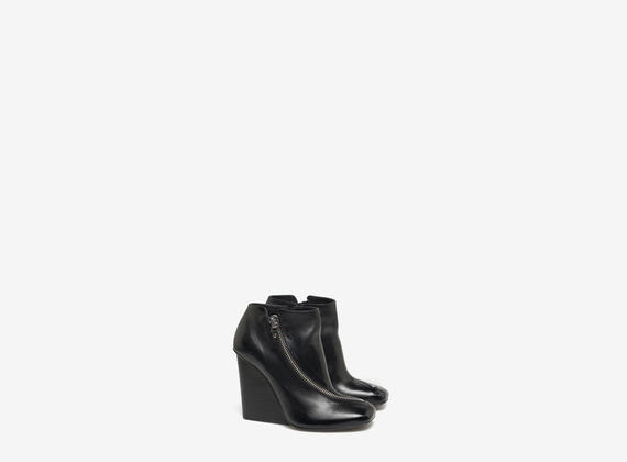 Ankle boot with front zip