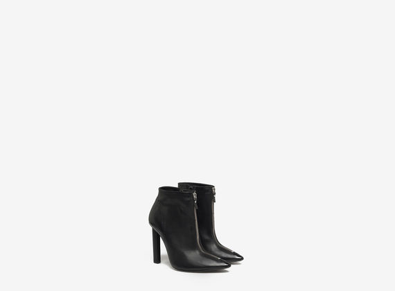 Ankle boot with central zip