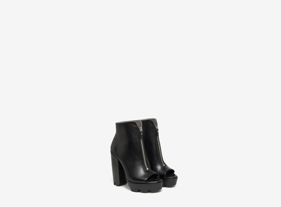 Rounded ankle boot with central zip