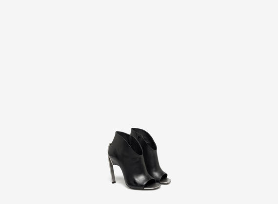 Ankle boot with metal toe-cap