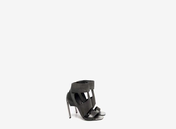 Sandalo con cavigliera imbottita e puntale in metallo