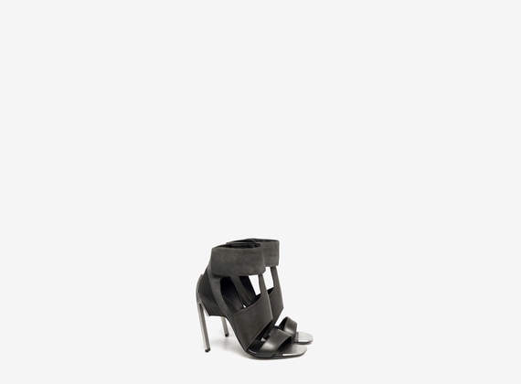 Sandal with padded ankle strap and metal toe-cap