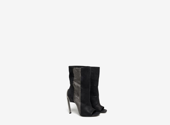 Rounded tube ankle boot with wire netting insert