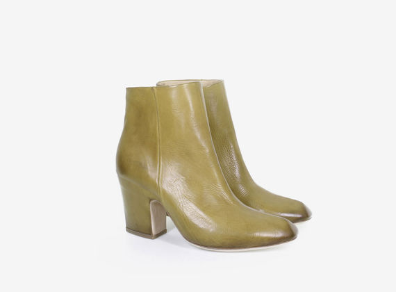 Leather ankle boot with internal zip