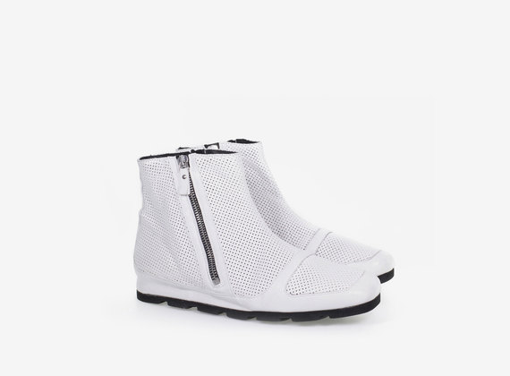 Light ankle boot with double zip