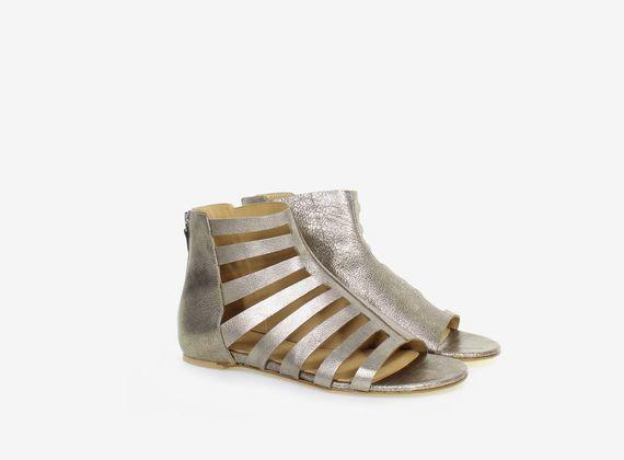 Sandalo con apertura asimmetrica in laminato