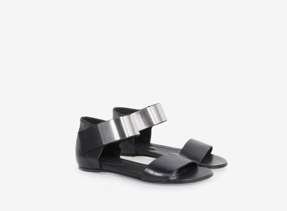 Leather sandal with metal closing strap