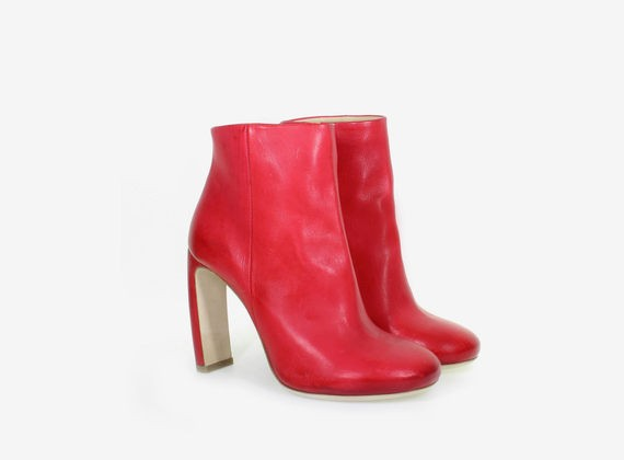 Low ankle boot with internal zip