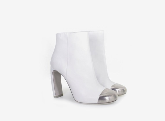 Leather low ankle boot with metal tip