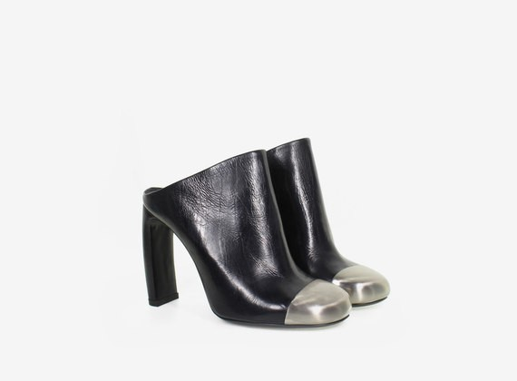 Leder-Clogs mit abgerundeter Schuhspitze aus Metall
